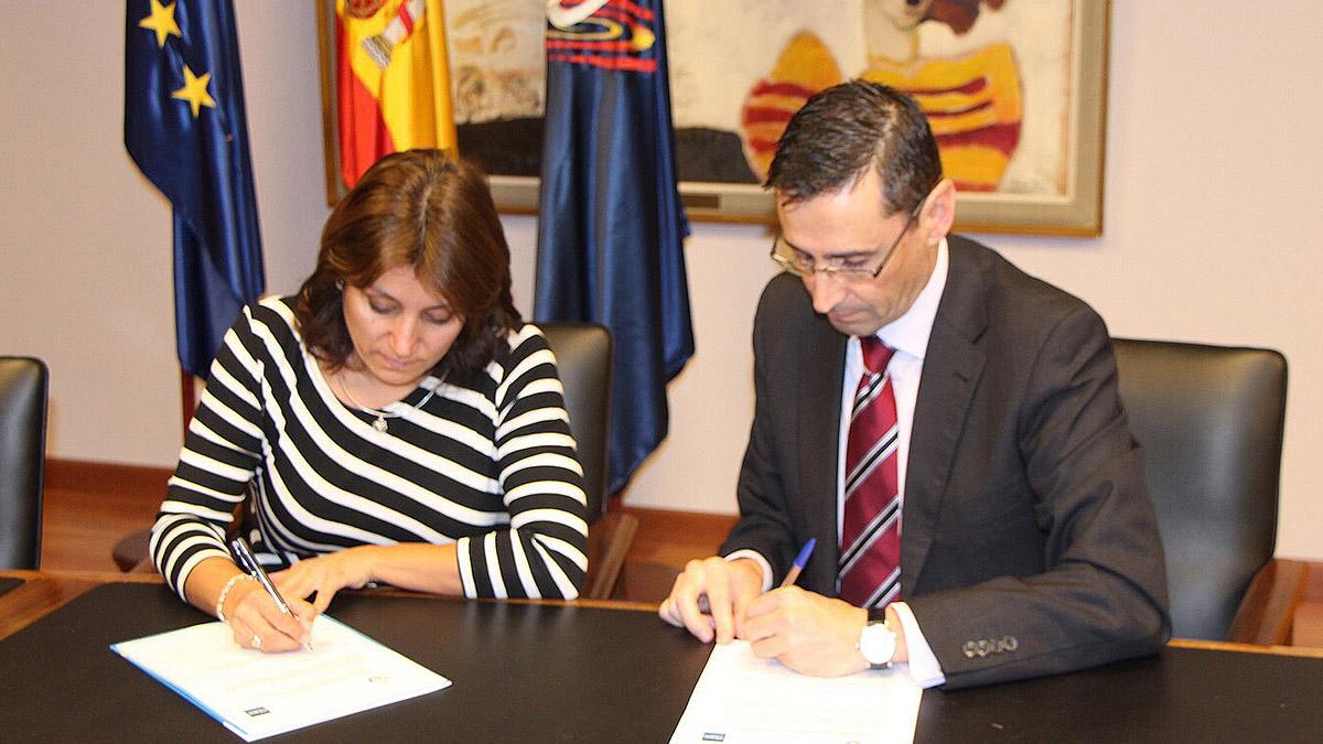La presidenta de la RFESS, Isabel García Sanz, y Miguel Caparrós Ruiz, Jefe de Formación en FTEJerez, durante la firma del acuerdo.